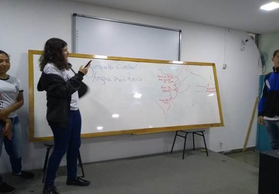 Descrição: D:\Ciep 495 (Português)\Excursão a Paraty\Fotos para o CEDERJ\10 - Ana Clara explicando sobre a colonização em Angra dos Reis